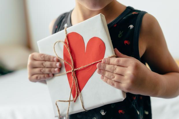 коробка с сердечком в руках