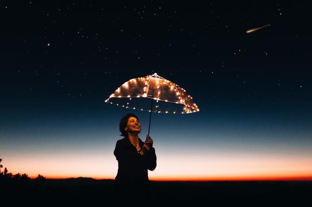 женщина под зонтиком из огней