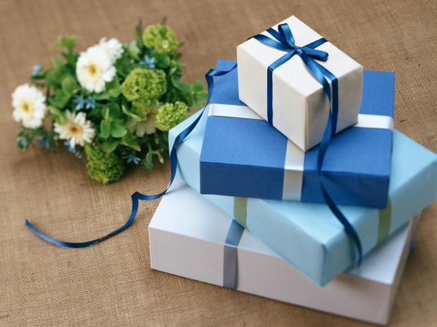 коробки с подарками, цветы\