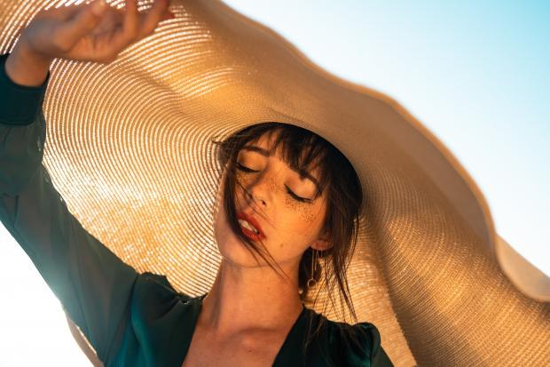 девушка в огромной шляпе
