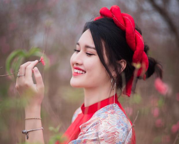 девушка в красном венке и ярком платье
