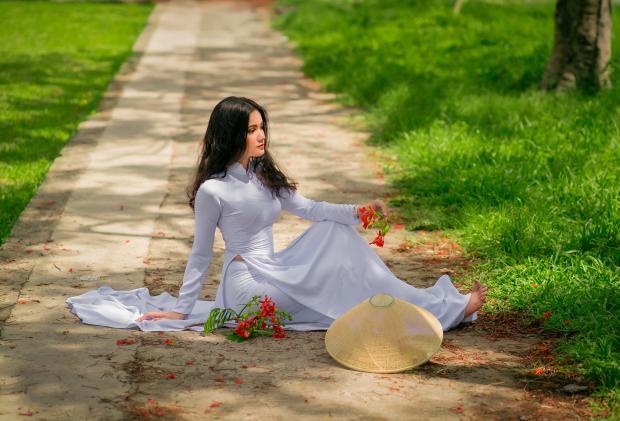 девушка в белом платье сидит на земле в лесу