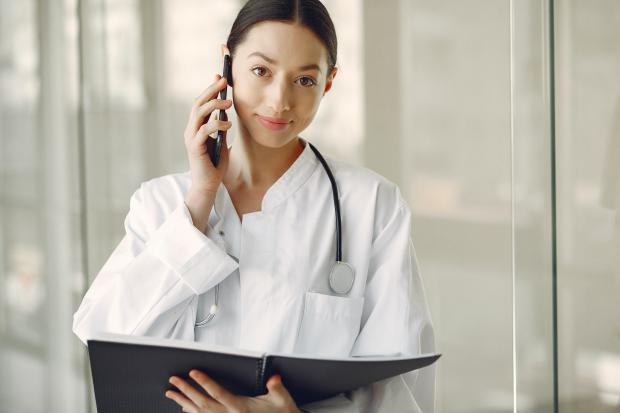 врач с фонендоскопом и папкой