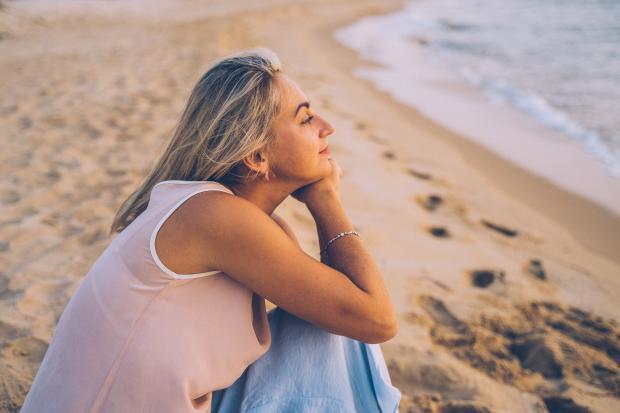 девушка на берегу смотрит на море