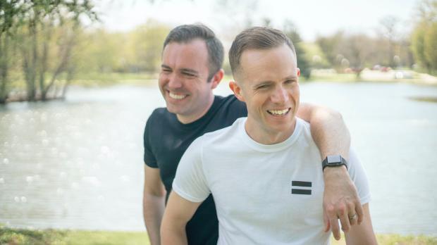 два мужчины смеются