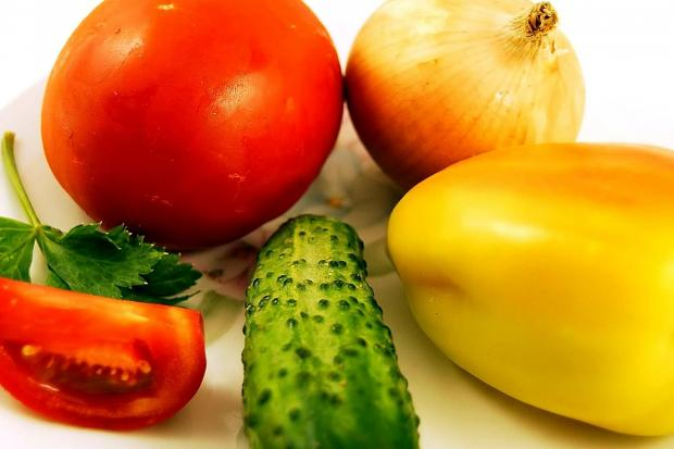 лежат свежие овощи