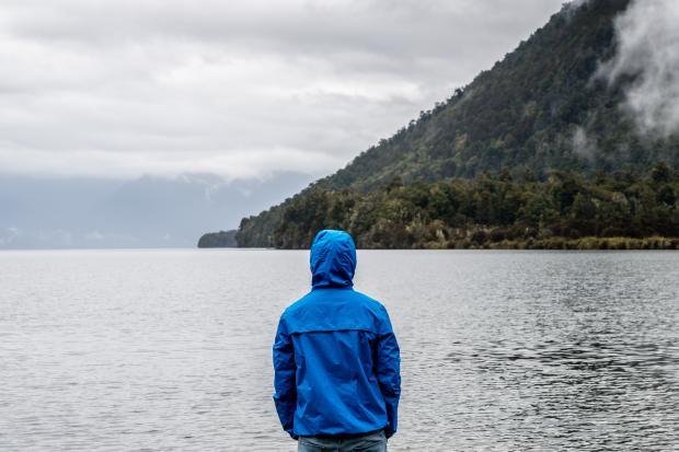 мужчина в синей куртке с капюшоном