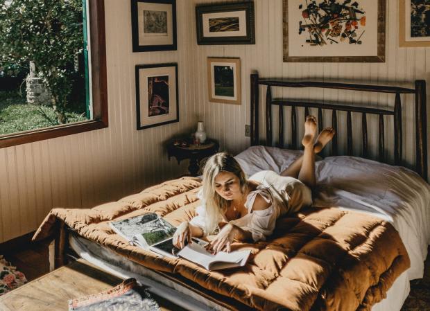 девушка читает книгу на кровати