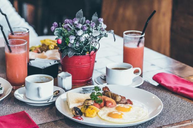 завтрак, яичница, кофе, сок, цветы в вазочке