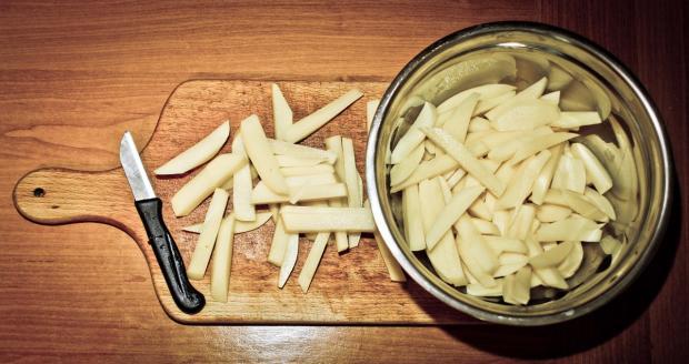 нарезанный палочками картофель