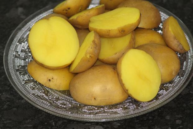 на тарелке лежит разрезанный пополам отварной картофель