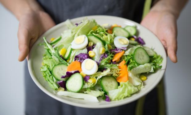 тарелка с овощами и яйцами