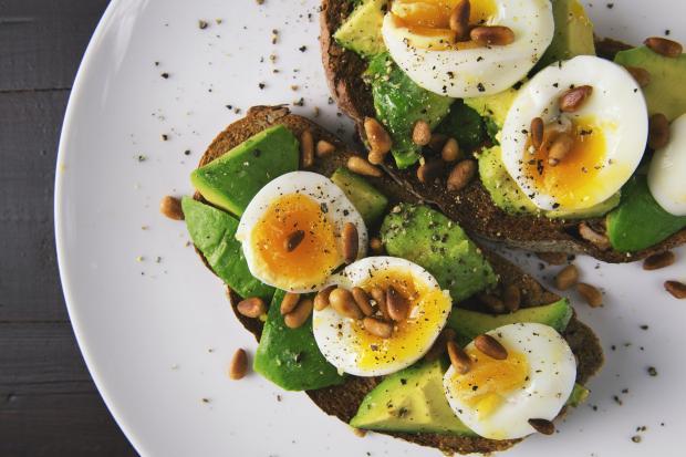 яйца отварные на листьях салата