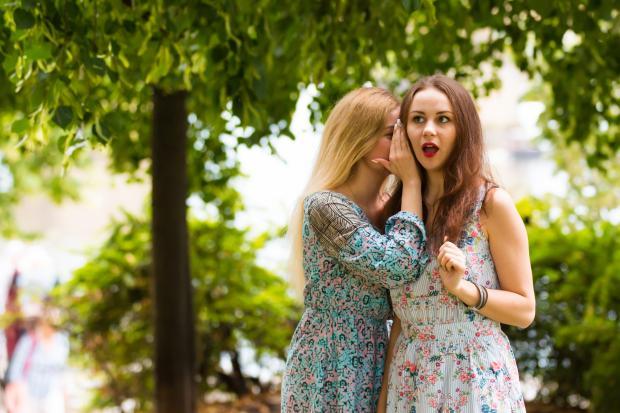 две девушки сплетничают