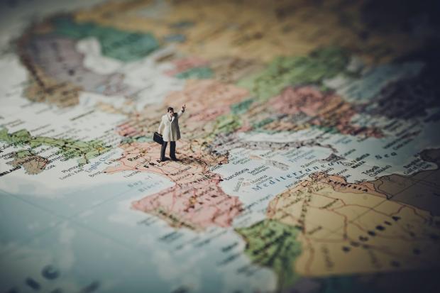 фигурка мужчины на карте