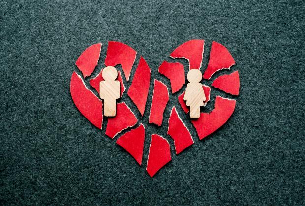 разорванное бумажное сердце и фигурки мужчины и женщины