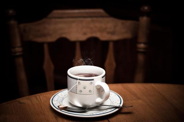 чашка чая на деревянном столе