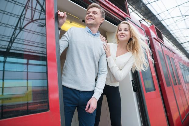молодые мужчина и женщина в поезде