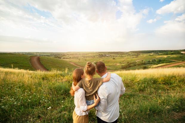 Молодые родители с ребенком на природе