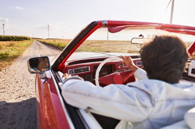мужчина в белой рубашке за рулем машины