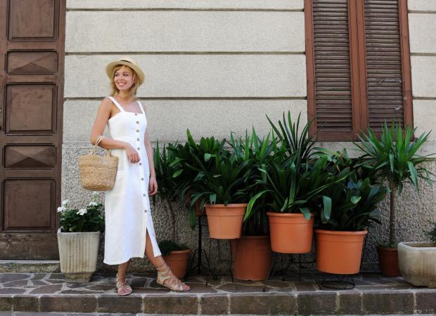 девушка в белом сарафане