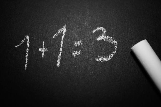 на доске белым мелом написаны цифры