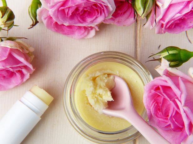 натуральный крем и розовые розы