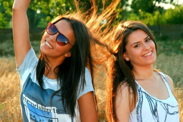 две девушки-подружки веселятся
