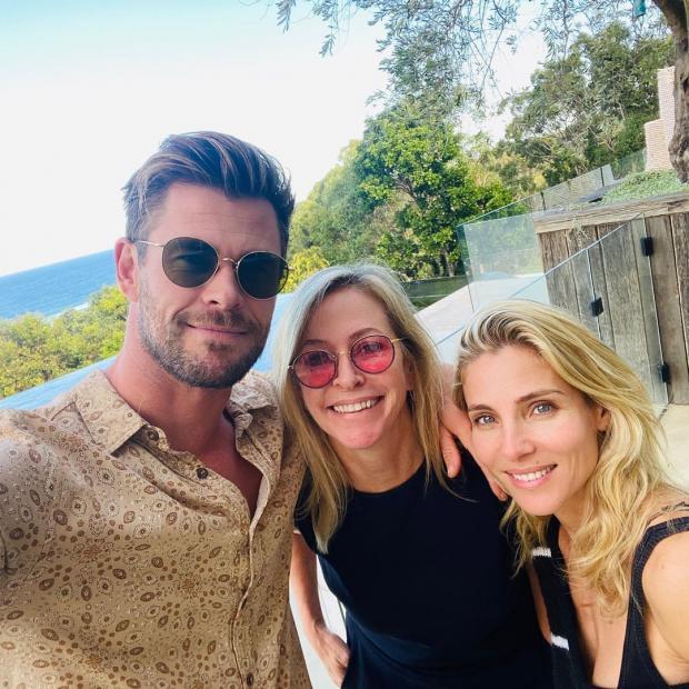 Крис Хемсворт с женой и мамой