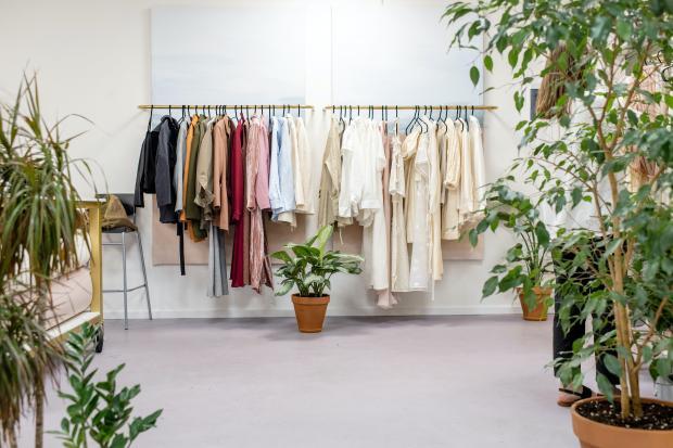 одежда на вешалке