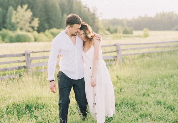 влюбленная пара в светлой одежде