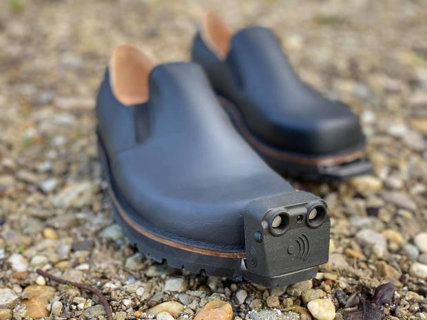 туфли с датчиками для слабовидящих людей
