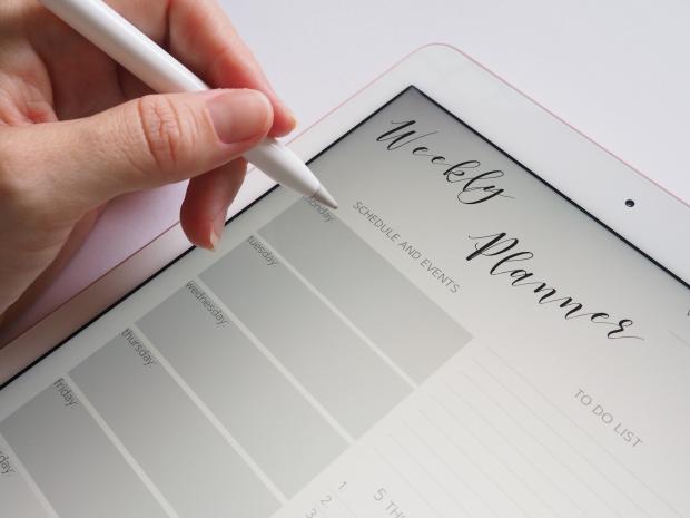 планшет и ручка в руке