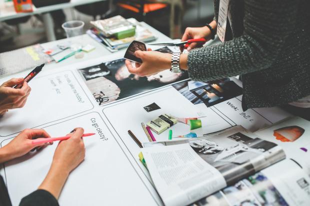 вырезки из журналов на столе