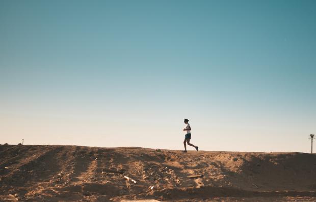 девушка бежит по полю
