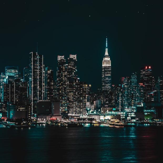 новолуние в ночном городе