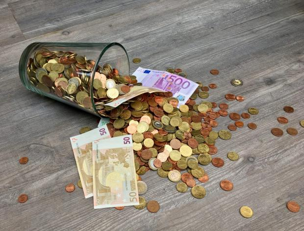 купюры и монеты на столе