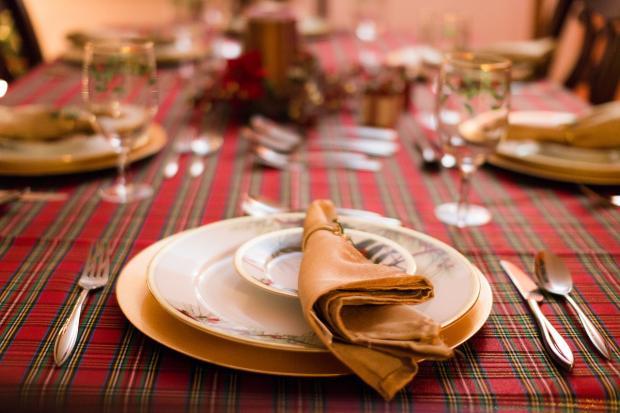сервировка праздничного стола на красной в клетку скатерти