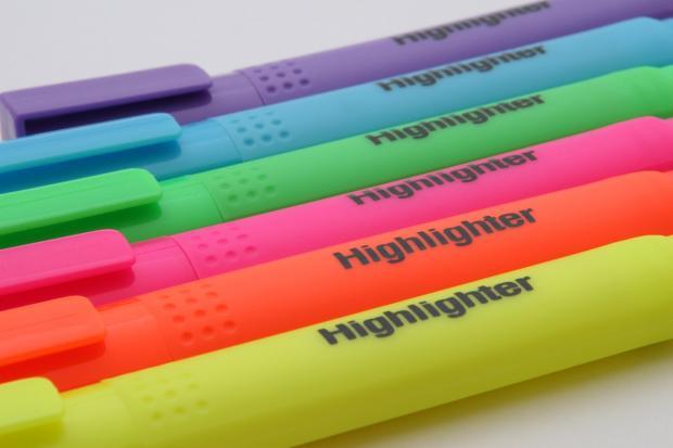 на столе лежат 6 разноцветных маркеров