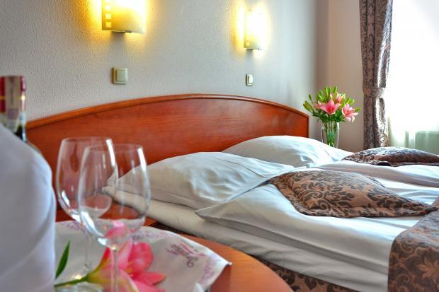 красивый интерьер спальни для романтических встреч