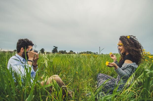 пара молодых людей в поле