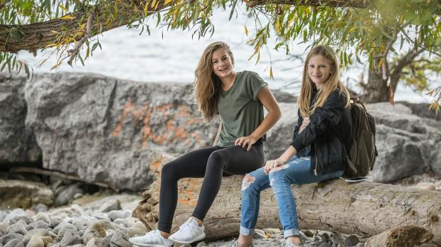 две молодые девушки возле водоема
