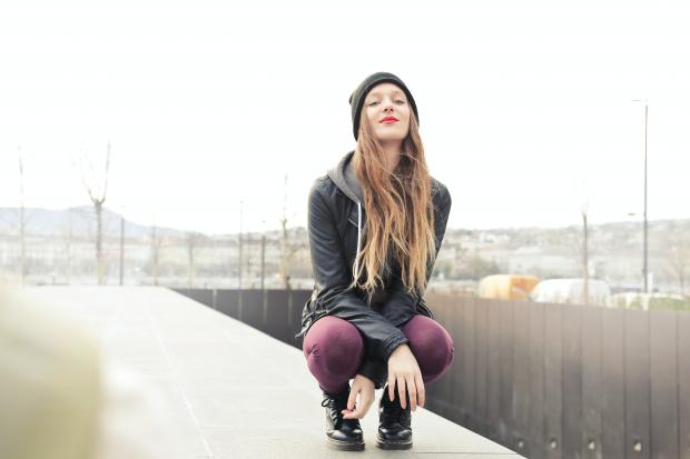 девушка в фиолетовых лосинах и черном худи