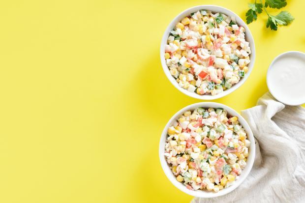 две тарелки крабового салата