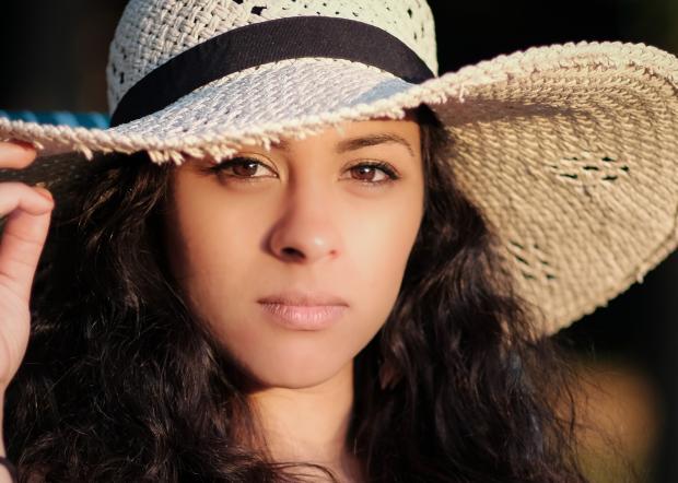 девушка с длинными волосами в соломенной шляпке