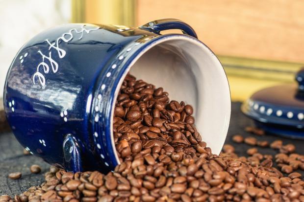 из опрокинутой чашки высыпались зерна кофе