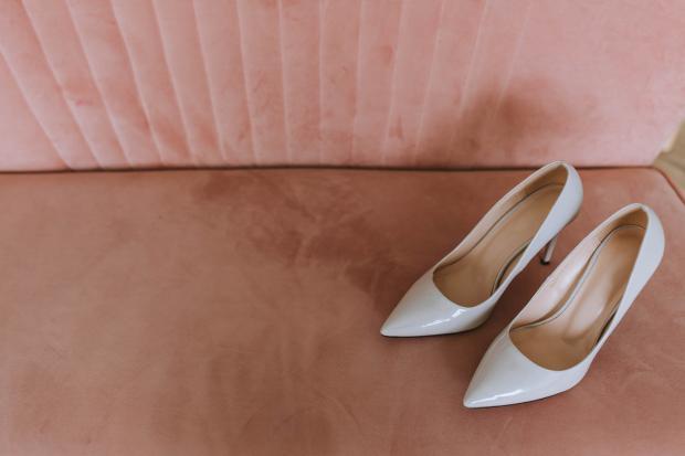 пара белых женских туфель