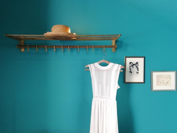 белое платье на тремпеле