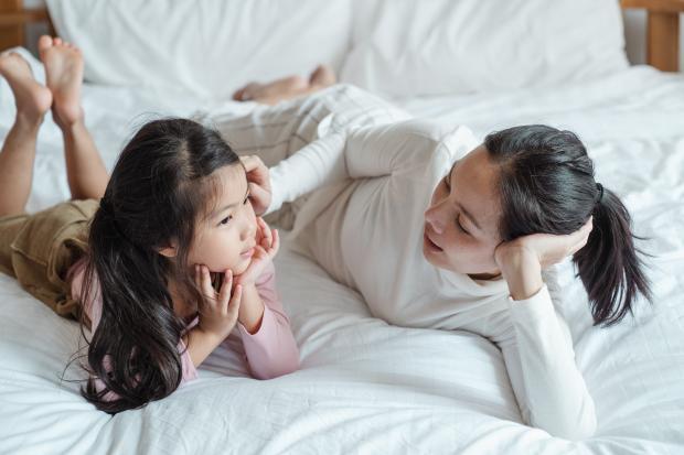 мама с ребенком лежит на кровати