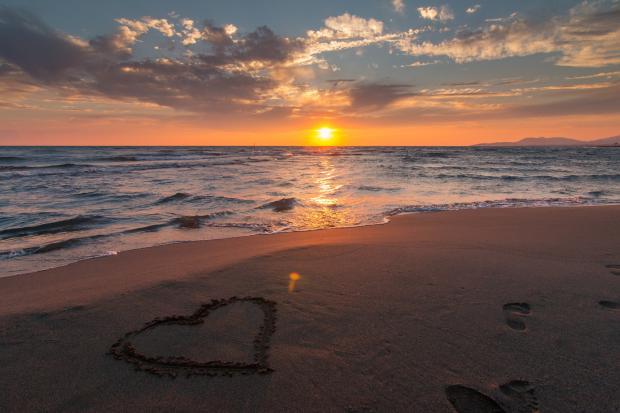 сердце на песке на берегу моря